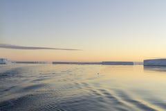 Feld von tabellarischen Eisbergen, die Antarktis Lizenzfreie Stockfotos