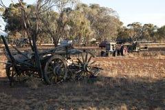 Feld von veralteten landwirtschaftlichen Maschinen verließ zum Rost im Nachmittagslicht lizenzfreies stockfoto