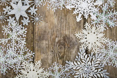 Feld von Weihnachtsschneeflocken Stockfotos
