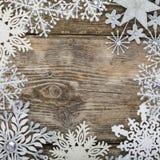 Feld von Weihnachtsschneeflocken Stockbilder