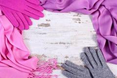 Feld von woolen Handschuhen und von Schal für Winter, Kopienraum für Text auf altem rustikalem Brett lizenzfreie stockfotos