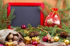 Feld, Weihnachtsverzierungen und Tannenzapfen Stockbilder