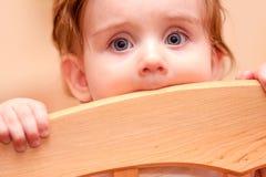 Feldbett der kleines Kinderstehendes Blicke heraus Stockfoto