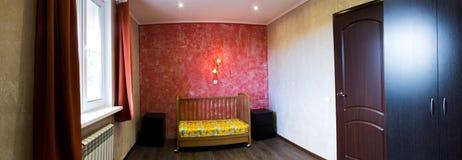 Feldbett In Einem Schlafzimmer An Der Roten Wand Stockbilder