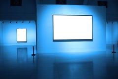 Felder auf weißer Wand im Kunstmuseum Stockbild