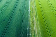 Felder der grünen Ernte mit Bewässerungssystem lizenzfreies stockfoto