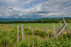 Felder in der hügeligen Landschaft von Charlevoix, Quebec lizenzfreie stockfotografie