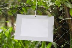 Felder des Papierhängens im Zaun von Futterbauernhöfen lizenzfreies stockfoto