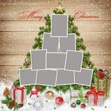 Felder für Familie, Weihnachtsdekorationen und Geschenke auf hölzernem Hintergrund Stockbilder