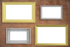 Felder golden und silbernes lokalisiert auf braunem Wandhintergrund-Kopienraum, Illustration 3d Lizenzfreie Stockfotos