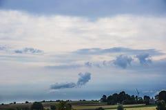 Felder im Dorf mit dem blauen Himmel und den Wolken Lizenzfreies Stockfoto