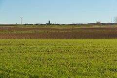 Felder mit Agricola Village im Herbst Stockfotografie