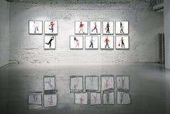 Felder mit gehenden Leuten auf weißer Backsteinmauer Stockbild