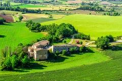 Felder und Bauernhäuser gesehen von oben, Provence, Frankreich Stockfotografie