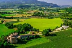 Felder und Bauernhäuser gesehen von oben, Provence, Frankreich Lizenzfreie Stockfotografie