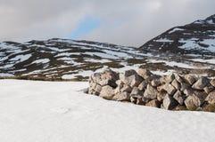 Felder und Berge bedeckt durch den Schnee im Winter Stockbild