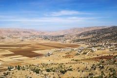 Felder und Berge in der Bekaa-Ebene, der Libanon Lizenzfreies Stockfoto