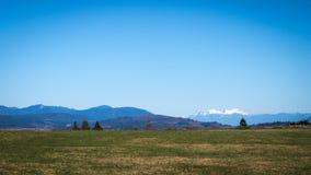 Felder und Berge in Fraser Valley des Britisch-Columbia Lizenzfreie Stockbilder