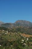 Felder und Berge, nahe Tolox, Spanien. Lizenzfreie Stockbilder