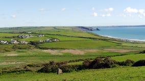 Felder und die Küstenlinie bei Newgale Pembrokeshire in Wales Lizenzfreie Stockfotografie