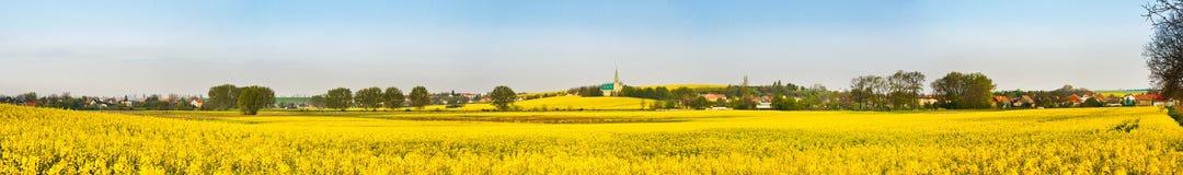 Felder und Dorf Lizenzfreie Stockfotos