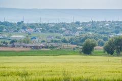 Felder und ein Dorf Stockfotos