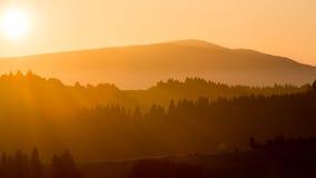 Felder und Hügel bei Sonnenaufgang nahe Dolny Kubin in Slowakei Lizenzfreies Stockfoto