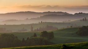 Felder und Hügel bei Sonnenaufgang nahe Dolny Kubin in Slowakei Lizenzfreie Stockfotografie