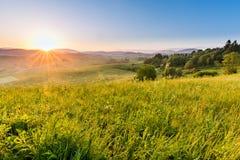Felder und Hügel bei Sonnenaufgang nahe Dolny Kubin in Slowakei Stockbild