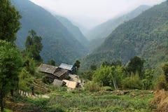 Felder und kleine Holzhäuser in Nepal Lizenzfreies Stockbild