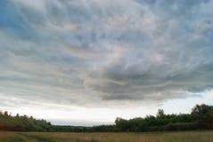 Felder und Wiesen der Saratow-Region unter dem blauen bewölkten Himmel Lizenzfreie Stockfotos