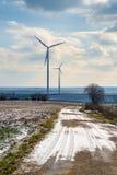 Felder und Windkraftanlagen Stockfoto