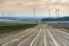 Felder und Windpark Stockfoto