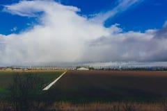 Felder unter Himmel und Wolken in der niederländischen Landschaft nahe Amsterdam, die Niederlande stockbild