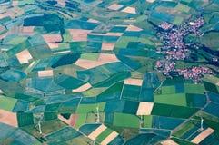 Felder, Windmühlen, Stadt in Deutschland Stockbilder