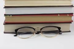 Feldgläser auf den Büchern stockfotografie