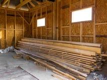 Feldhaus gemacht vom Bauholz Bauholz im Stapel lizenzfreie stockfotografie