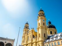 Feldherrnhalle i wierza theatinerkirche theatinerchurch przy odeon kwadrata odeonplatz w Munich miasta bavaria Germany wierza osi Fotografia Royalty Free