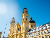 Feldherrnhalle i wierza theatinerkirche theatinerchurch przy odeon kwadrata odeonplatz w Munich miasta bavaria Germany wierza osi Zdjęcia Royalty Free