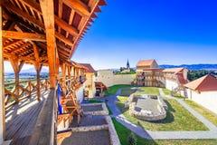 Feldioara, Brasov, Romênia: Fortaleza medieval Marienburg na Transilvânia fotos de stock