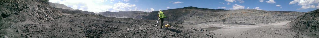 Feldmesser, das im Bergbausteinbruch arbeitet Lizenzfreie Stockbilder