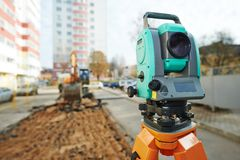 Feldmesserausrüstung an der Baustelle Lizenzfreie Stockfotografie