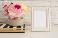 Feldmodell Weißer Feld-Spott oben Sahnebilderrahmen, Vase mit rosa Rosen auf Streifen-Notizbüchern Produkt-Rahmen-Modell Wand-Kun Lizenzfreie Stockfotos