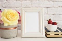 Feldmodell Weißer Feld-Spott oben Sahnebilderrahmen, Vase mit rosa Rosen, Erdbeeren auf Streifen-Notizbüchern Produkt-Rahmen-Spot Lizenzfreies Stockfoto