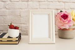 Feldmodell Weißer Feld-Spott oben Sahnebilderrahmen, Vase mit rosa Rosen, Erdbeeren auf Streifen-Notizbüchern Produkt-Rahmen-Spot Stockbild