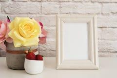 Feldmodell Weißer Feld-Spott oben Sahnebilderrahmen, Vase mit rosa Rosen, Erdbeeren in der Goldschüssel Produkt-Rahmen-Modell Wal Stockfotos