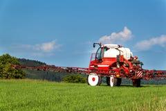 Feldsprühtraktor Landarbeit über einen Bauernhof in der Tschechischen Republik Sprühen gegen Plagen Lizenzfreie Stockbilder