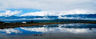 Feldwasserreflexionen der Berge Lizenzfreie Stockbilder