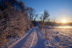 Feldweg in Richtung zur Sonne im Winter Lizenzfreie Stockfotos