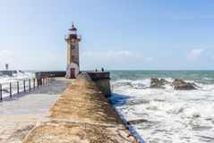 Felgueiras fyr med det modiga havet på den Douro flodmunnen i Por Arkivbild